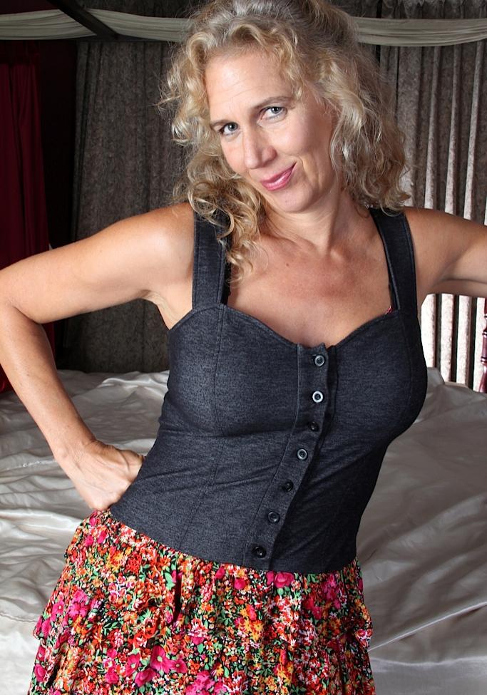 Hübsche Oma braucht wildes Sexvergnügen.