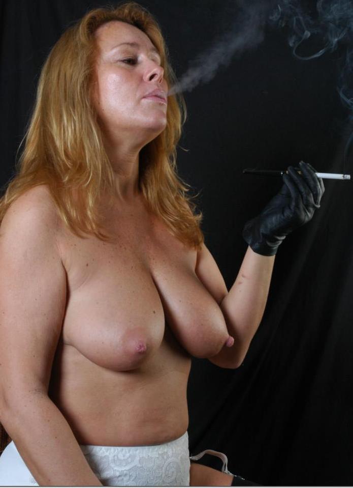 Zeigefreudige Frau hat Lust auf kurzweiliges Sexvergnügen.