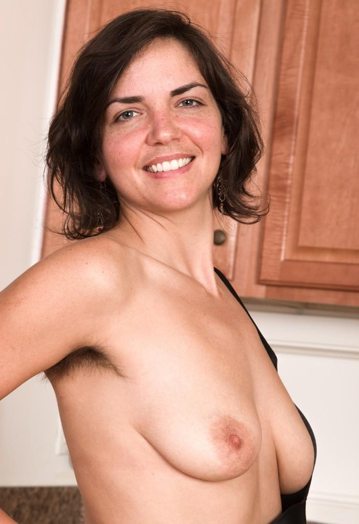 Zeigefreudige Frau hat Lust auf lustvolles Sexverhältnis.