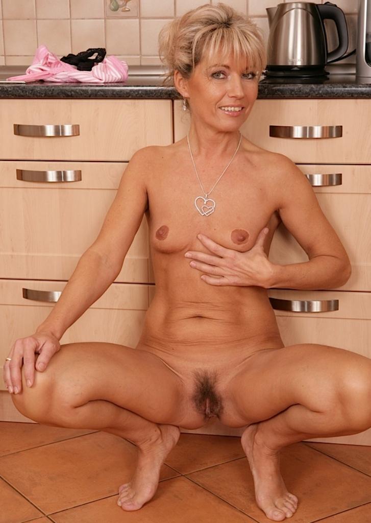 Nackte Hausfrau