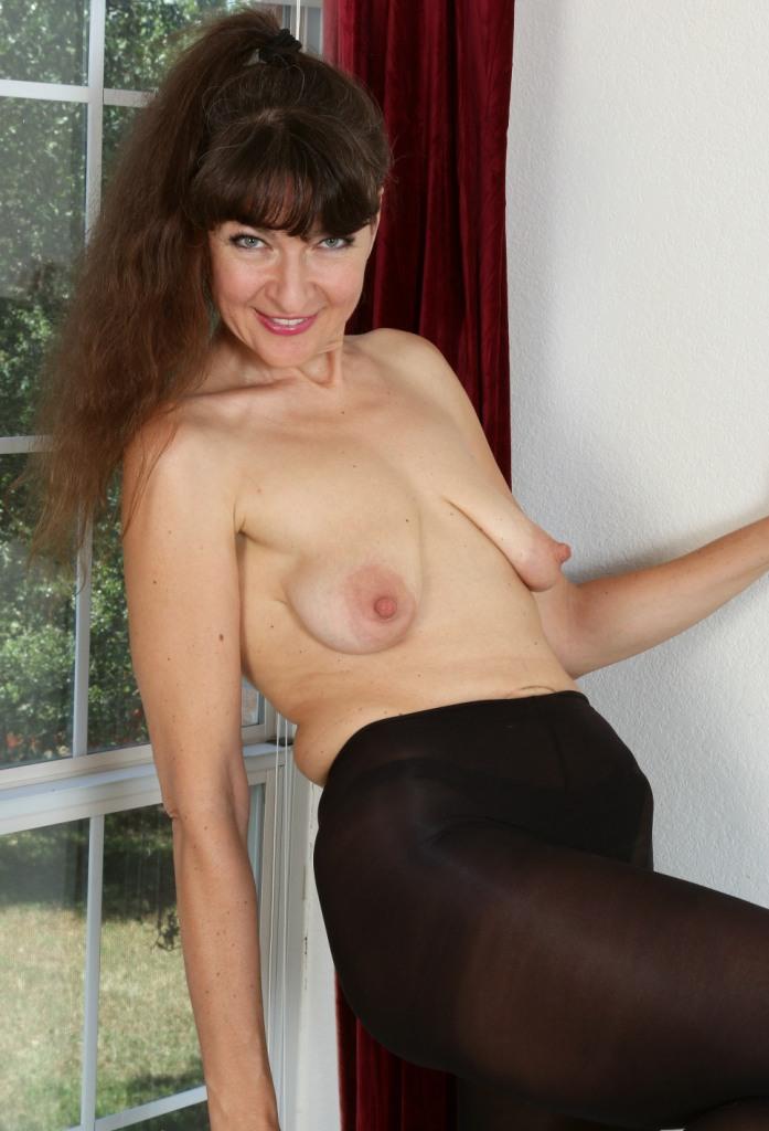 Aufgeschlossene Hausfrau hat Lust auf dauerhaftes Sexvergnügen.