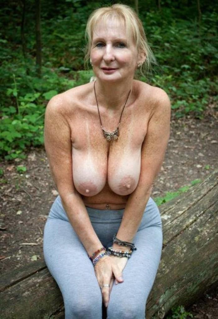Nackte Omas suchen erotisches Sexvergnügen.