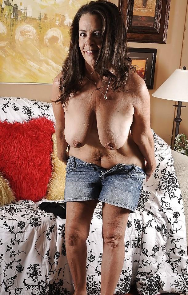 Nackte Omas möchten reizvolles Sexabenteuer.