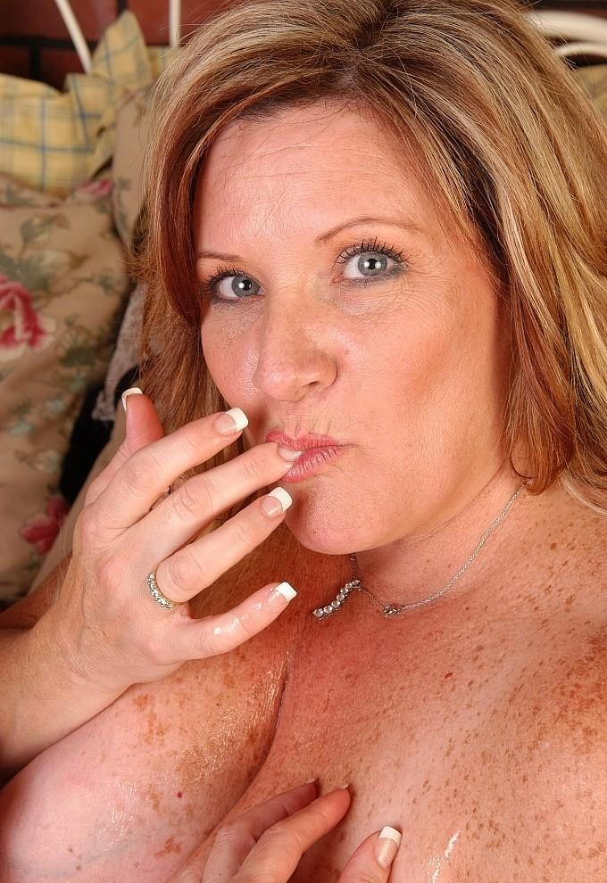 Rassige Cougar hat Lust auf erotisches Sexvergnügen.