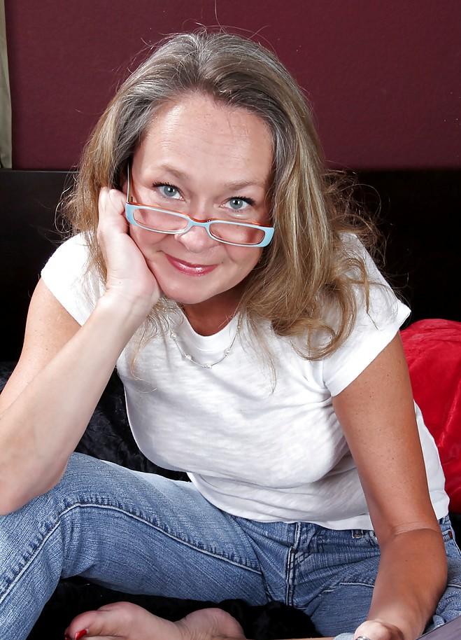 Sexgierige Oma hat Lust auf lustvolles Vergnügen.