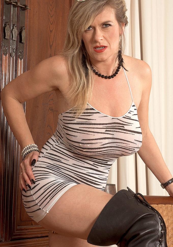 Willige Cougar sucht reizendes Vergnügen.