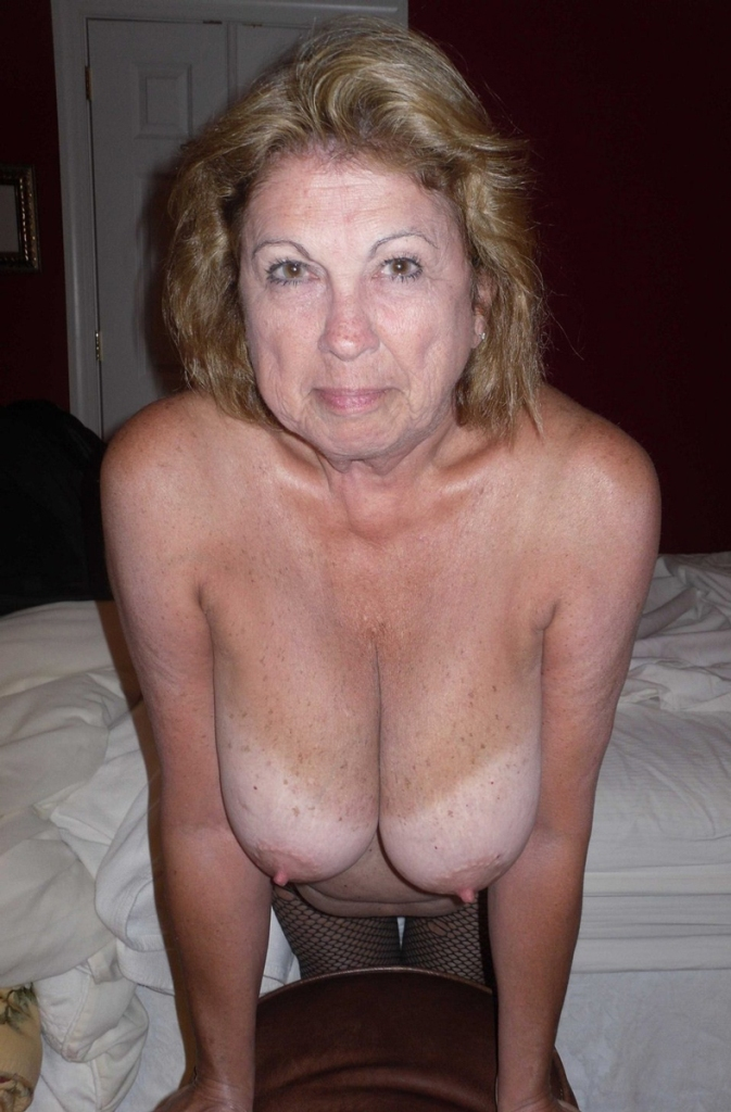 Zeigefreudige Cougar möchte erotisches Fickabenteuer.