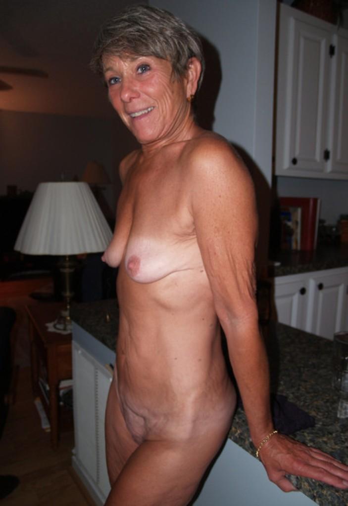 Frivole Oma hat Lust auf aufregendes Sexabenteuer.