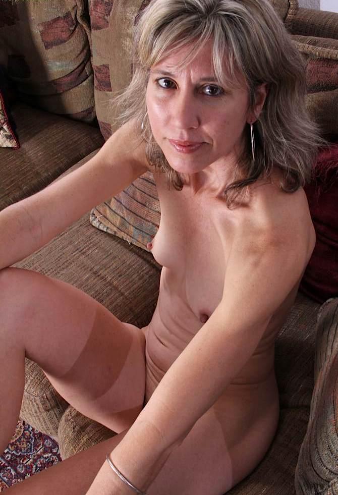 Schamlose Frau braucht dauerhaftes Fickabenteuer.