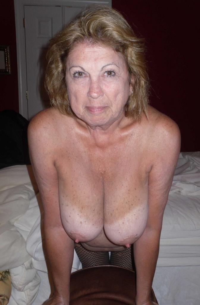 Zeigefreudige Frau braucht romantisches Sexvergnügen.